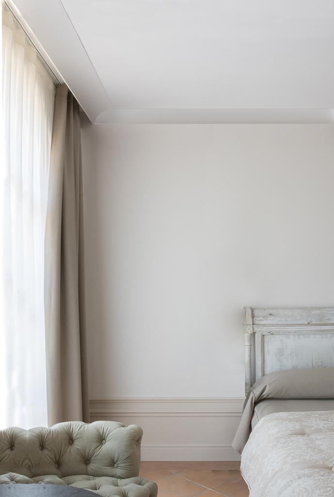 фото комнат без молдингов с натяжными потолками новому
